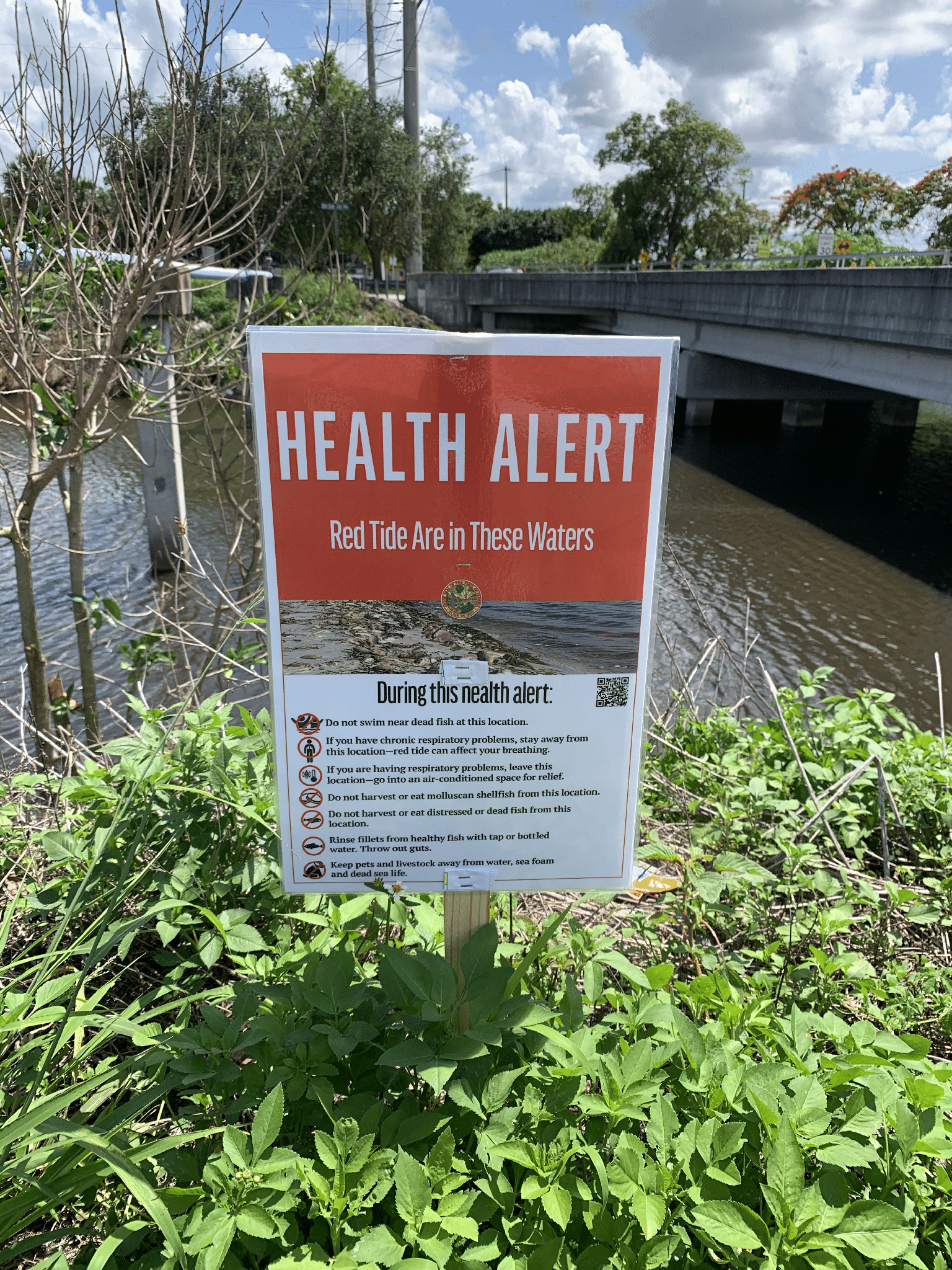 Red Tide warning sign in freshwater